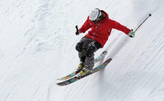 Skieur réceptionnant un saut dans une pente raide